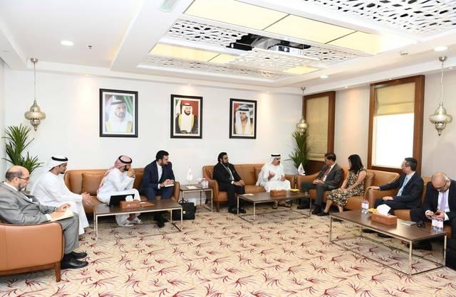 جانب من توقيع مذكرة التفاهم بين الجانبين بحضور عبدالله محمد العور، المدير التنفيذي لمركز دبي لتطوير الاقتصاد الإسلامي، ورايموند ييب، نائب المدير التنفيذي لمجلس تنمية تجارة هونغ كونغ