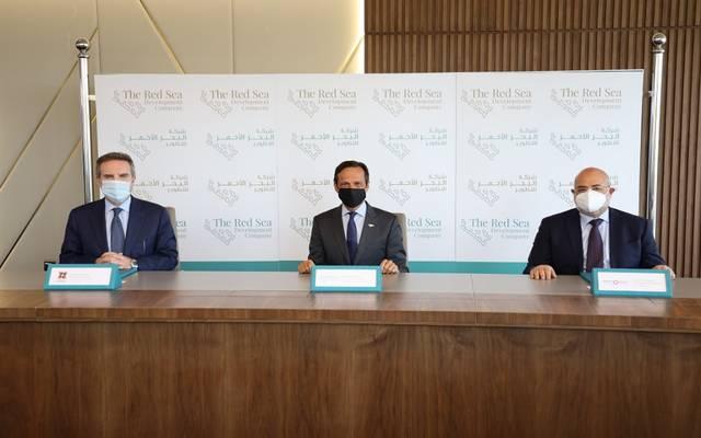 جانب من توقيع عقود تطوير البنية التحتية للملاحة الجوية في مطار مشروع البحر الأحمر الدولي