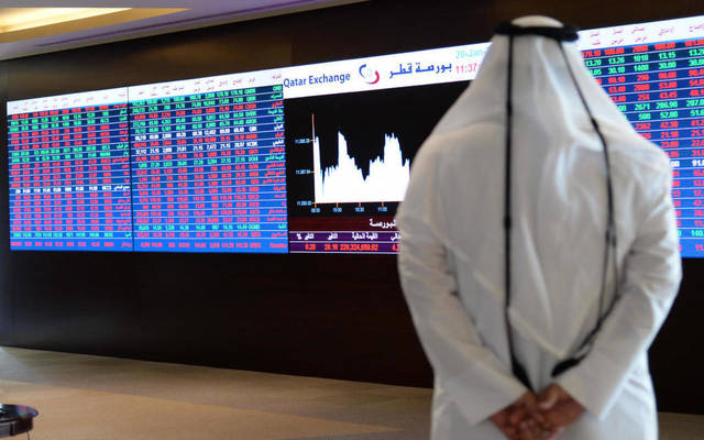 مستثمر يتابع التدالوات بالبورصة القطرية