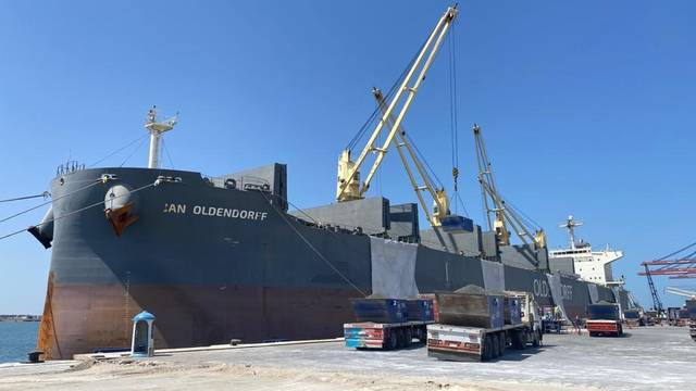 جانب من عمليات شحن مادة الكلينكر الخام على السفينة Jan Oldendroff