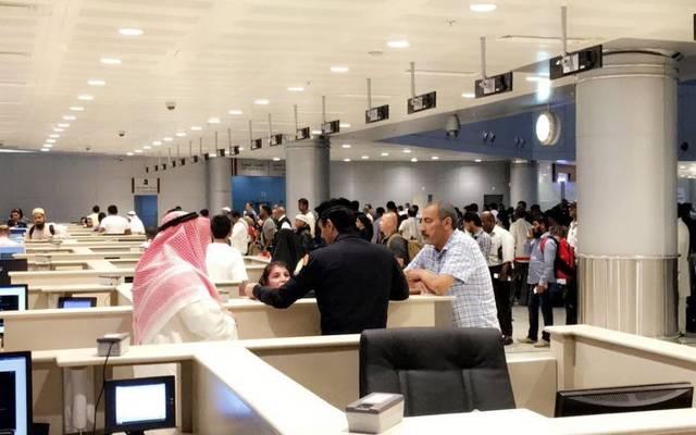 مسافرون داخل مطار الكويت الدولي