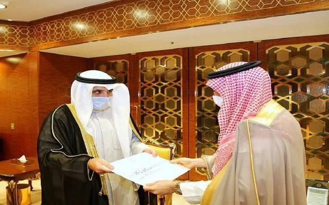 وزير الخارجية السعودية يتسلم رسالة أمير الكويت إلى خادم الخرمين الشريفين