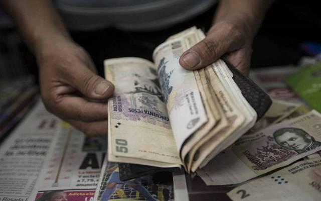 عملة الأرجنتين تهبط 3.5% بعد بيانات سلبية