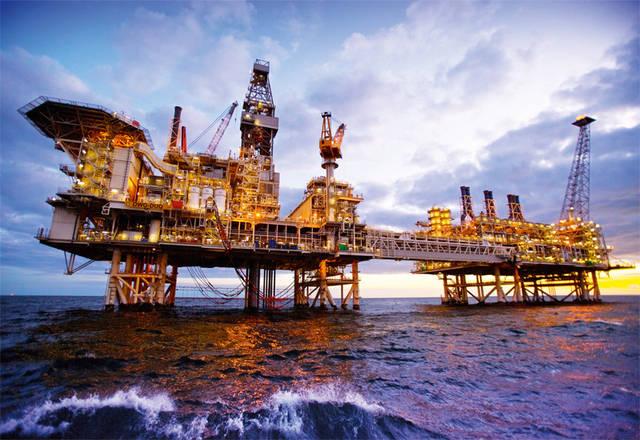 إحدي مواقع العمل البحرية الخاصة بشركة الإنشاءات البترولية الوطنية