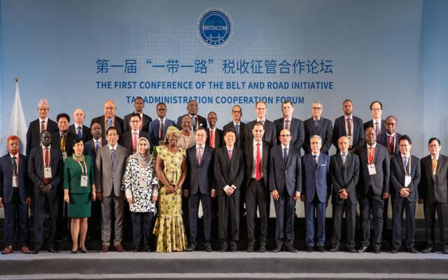صورة تذكارية للحضور المشاركين في المنتدى