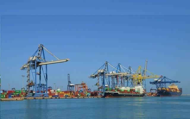 عمليات شحن وتفريغ السفن- أرشيفية
