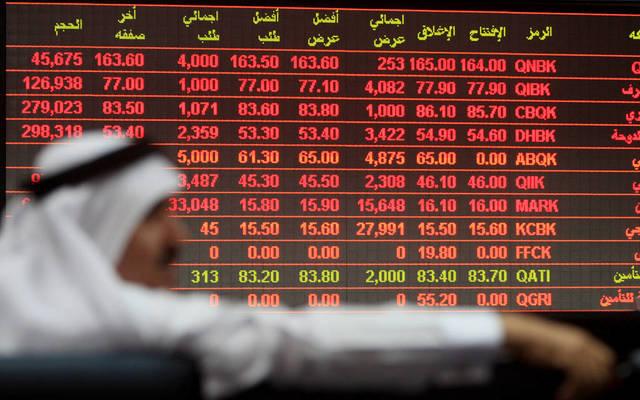 مستثمر يجلس أمام شاشة التداول ببورصة قطر