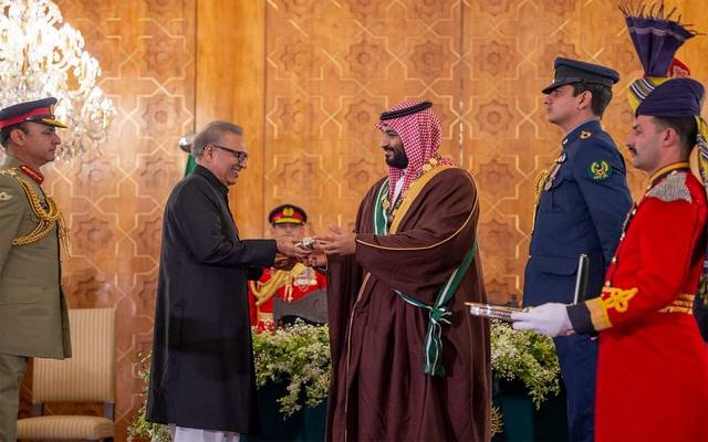 """جانب من تسليم الرئيس الباكستاني وسام """"نيشان باكستان"""" لولي العهد السعودي"""