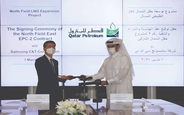 أثناء توقيع العقد في مقر شركة قطر للبترول