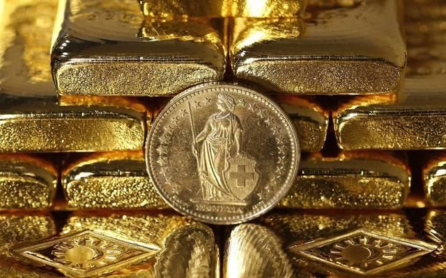 الذهب يتراجع عند التسوية لكنه يسجل مكاسب أسبوعية