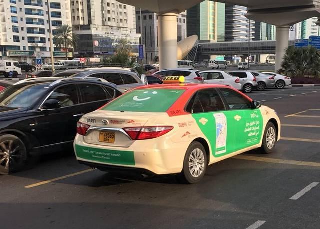سيارات تاكسي بأحد الطرق في إمارة دبي