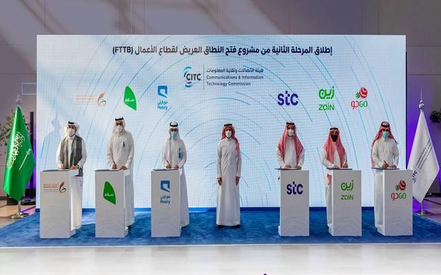 جانب من توقيع الاتفاقيات التجارية بين مقدمي خدمات الاتصالات وإطلاق المرحلة الثانية لمشروع فتح النطاق العريض