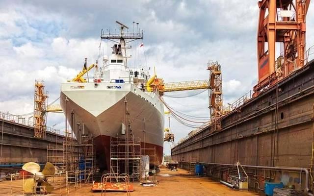 إجراء أعمال الصيانة لإحدى السفن