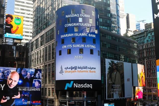لافتة بورصة ناسداك دبي تحمل الإدراج الجديد للشارقة الإسلامي
