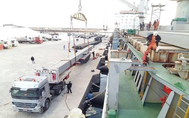 جانب من أعمال نقل الشحنة الأولى من رصيف الملح بميناء شرق بورسعيد