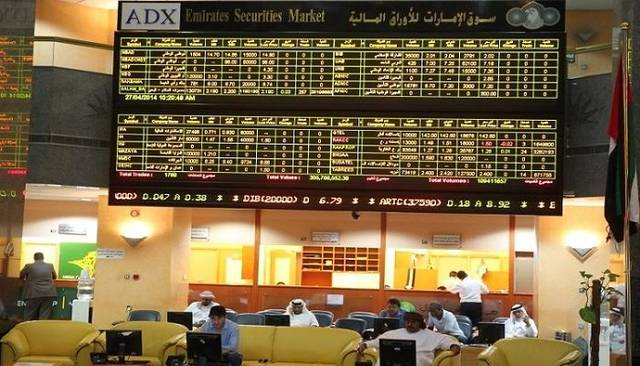 شاشة أسعار الأسهم في قاعة التداول بسوق أبوظبي المالي