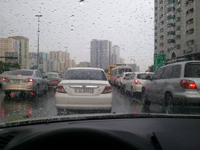 أحد الطرق بإمارة دبي أثناء نزول الأمطار