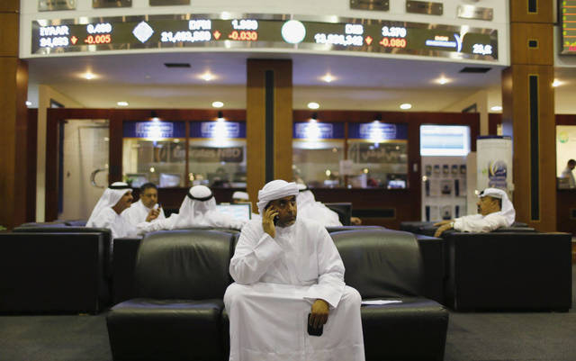 متعاملون ببورصة دبي - الصورة من رويترز أريبيان آي
