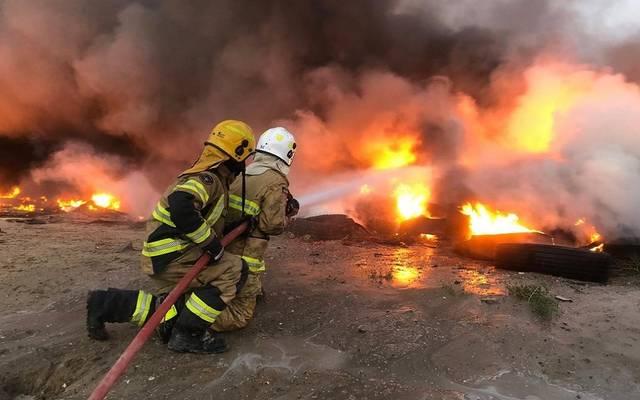 فرق الإنقاذ تسيطر على حريق إطارات بمنطقة سكراب ميناء عبدالله