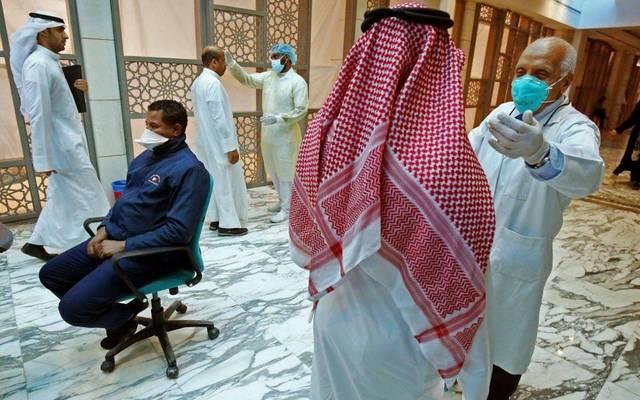 الكشف على مواطنين بأحد الدول الخليجية