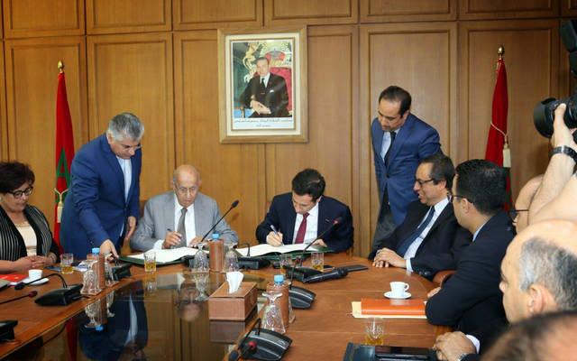 وزير الاقتصاد المغربي ومدير الصندوق العربي للإنماء الاقتصادي والاجتماعي خلال توقيع اتفاقيتي القرض