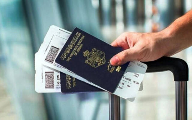 جوازات السفر مع أحد المسافرين الأدنيين