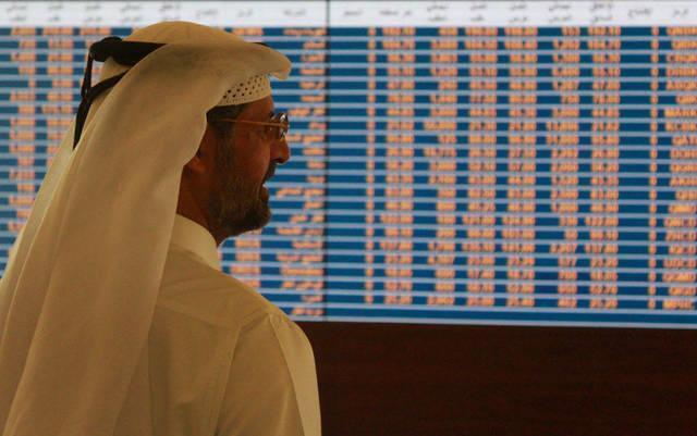 مستثمر يتابع شاشة التداول ببورصة قطر