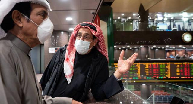 مستثمران يتابعان التداولات داخل بورصة الكويت