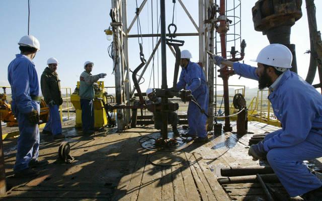 عمال في أحد حقول النفط