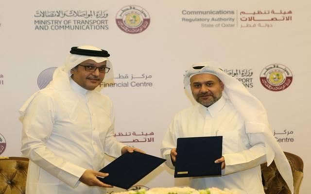 الصورة لكل من محمد علي المناعي، رئيس هيئة تنظيم الاتصالات، ويوسف محمد الجيدة الرئيس التنفيذي لهيئة مركز قطر للمال