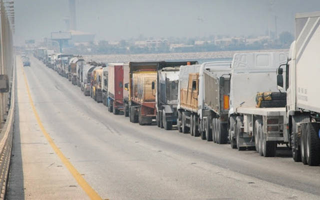 الشاحنات تمر على جسر الملك فهد