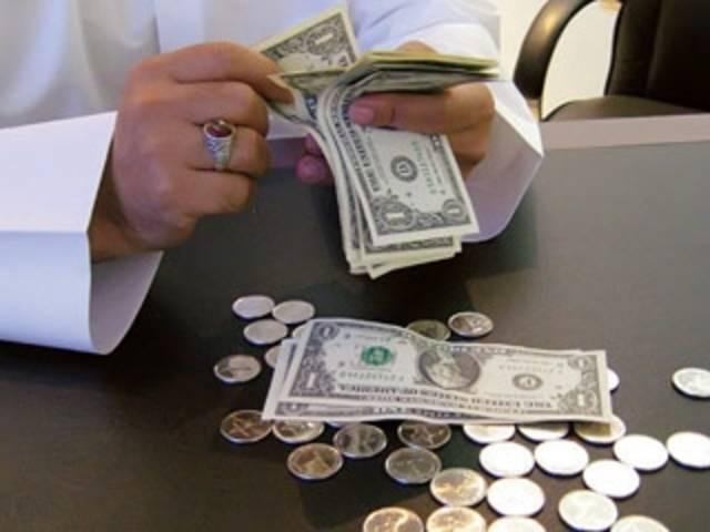 إلقاء القبض على أفريقي بحوزته طابعة، ادعى أنها تحوّل الأوراق البيضاء إلى دولارات، واحتال على شخصين