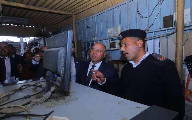 وزير النقل المصري كامل الوزير خلال جولة بمحطة مصر منذ أيام