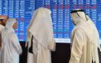 مستثمرون يتابعون شاشة التداولات ببورصة قطر
