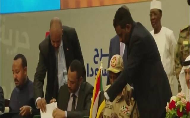 جانب من توقيع الوثيقية الدستورية