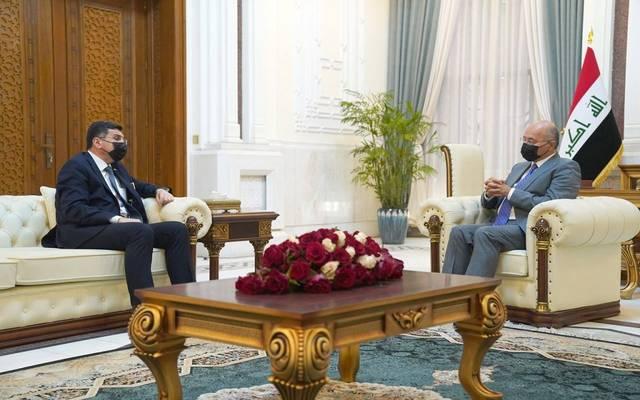 الرئيس العراقي، برهم صالح، خلال استقباله وزير الموارد المائية في قصر بغداد