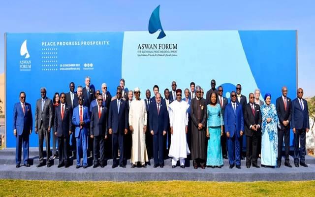 صورة تذكارية لرؤساء الدول الأفارقة ورؤساء الوفود المشاركة بالنسخة الأولى من منتدى أسوان