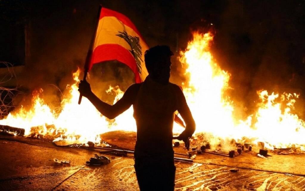 """سلاح وقتلى وحداد .. """"مرفأ بيروت"""" يفجر قنبلة جديدة في شوارع لبنان"""