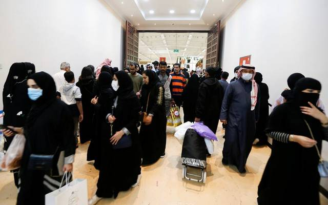 مواطنون ومواطنات في أحد الأسواق بالخليج