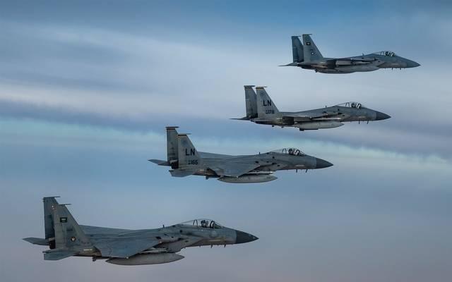 مشهد من تحليق طائرات حربية تابعة للقوات الملكية السعودية والقوات الأمريكية فوق منطقة الخليج اليوم الأحد