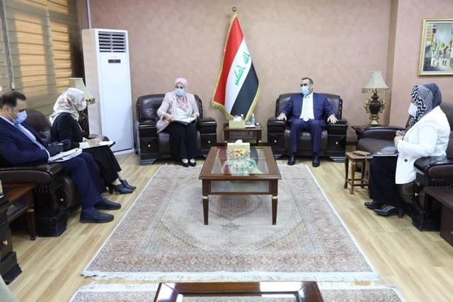 وزير التخطيط العراقي خلال استقباله مدير عام دائرة تمكين المرأة في الأمانة العامة لمجلس الوزراء