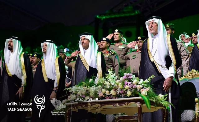رئيس هيئة السياحة السعودية وأمير مكة خلال حفل ختام موسم الطائف بسوق عكاظ