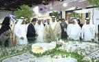 تجول الشيخ حمدان بن راشد آل مكتوم، ومطر حميد الطاير خلال المعرض، الصورة من بيان صحفي