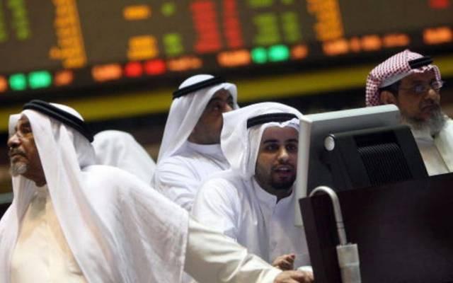 مستثمرون يتابعون التداولات ببورصة الكويت