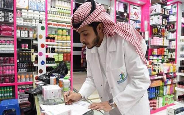 سعودي بأحد محلات بيع العطور في المملكة