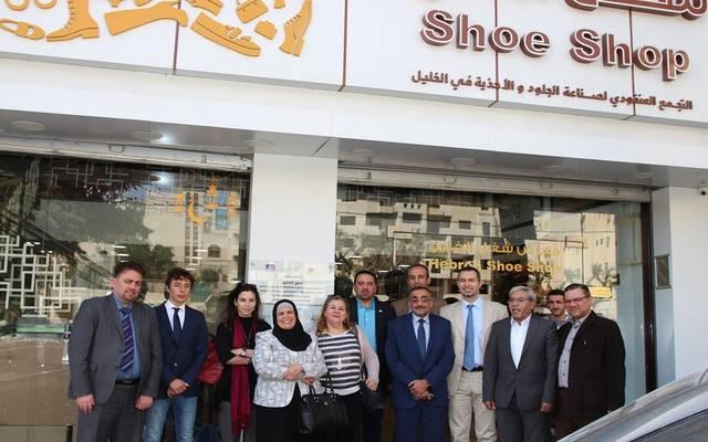 يسعى البرنامج لتطوير تجمع صانعي الأحذية بالخليل