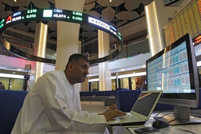 مستثمر داخل قاعة التداول بسوق دبي المالي