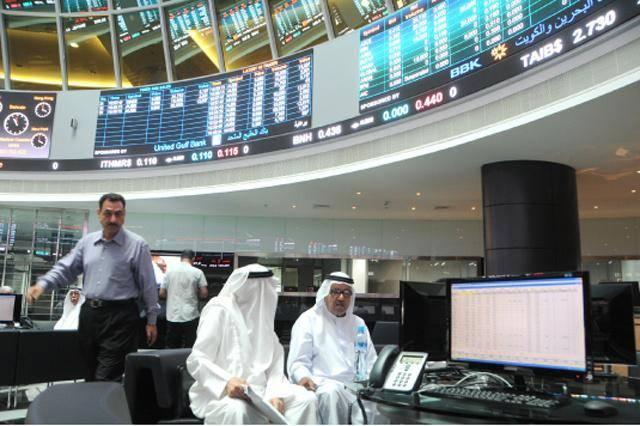 متعاملون يتابعون التداولات داخل بورصة البحرين