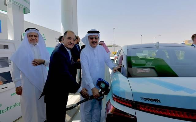 رئيسا أرامكو وأير برودكتس خلال تدشين أول محطة الهيدروجين بالسعودية