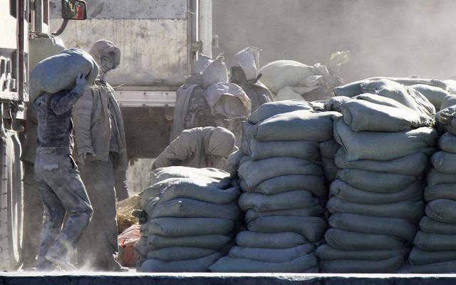 عمال بأحد مصانع الأسمنت - الصورة من رويترز أريبيان آي